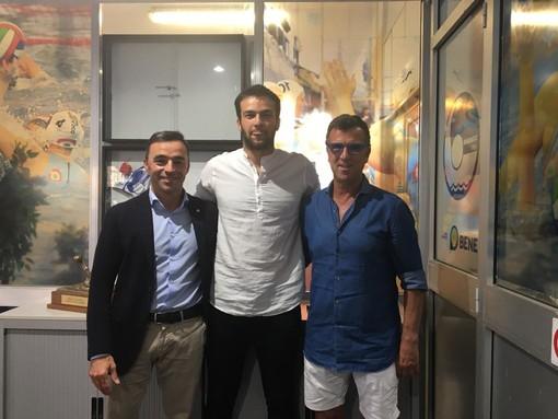 Nelle foto: Edoardo Manzi al momento della firma e il giocatore assieme al presidente del Bogliasco 1951 Simone Canepa e al DS Gianni Fossati