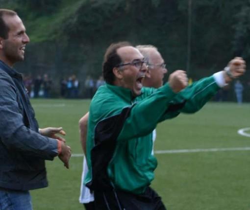 Beppe Maisano esulta il giorno della vittoria della Sestrese al Grondona di Pontedecimo (1 novembre 2006)